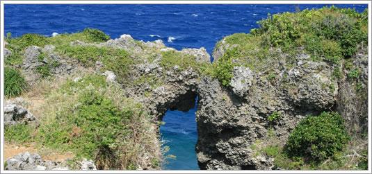 沖縄有数の景勝地万座毛まで車で3分